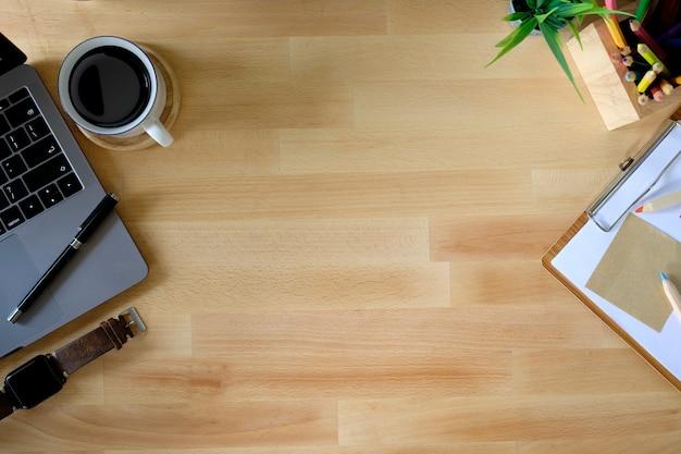 Espaço de trabalho. laptop, bloco de notas na mesa de madeira