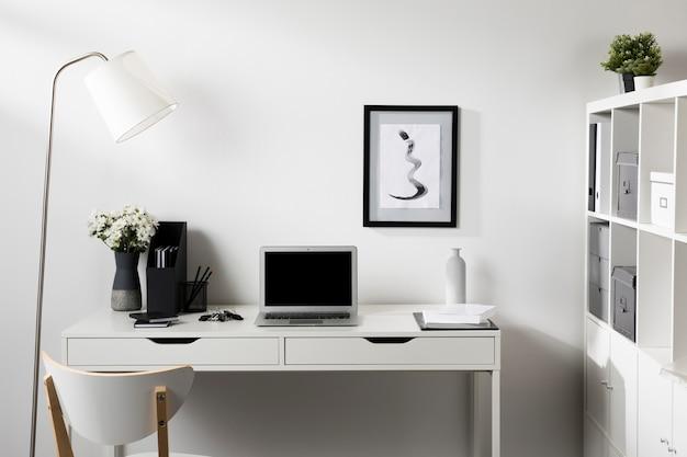 Espaço de trabalho limpo e arrumado com laptop