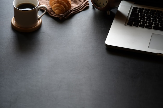 Espaço de trabalho mínimo com câmera vintage, tablet e cópia espaço
