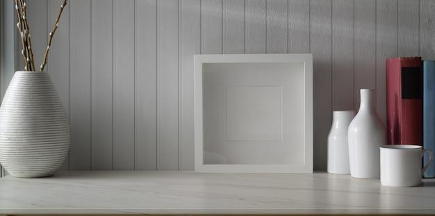 Espaço de trabalho mínimo com mock up frame e cópia espaço com enfeites de vaso de cerâmica