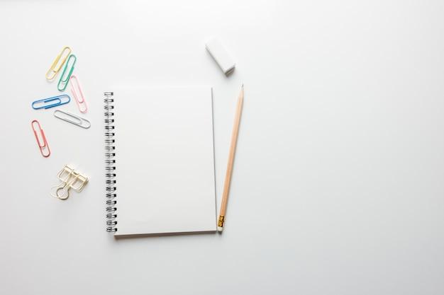 Espaço de trabalho mínimo - creative flat lay foto da mesa do espaço de trabalho com bloco de desenho e lápis de madeira no espaço da cópia fundo branco. vista de cima, fotografia de lay lay.
