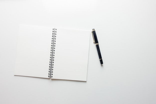 Espaço de trabalho mínimo - creative lay lay photo of workspace desk with sketchbook e pencil pencil on copy space white background. vista de cima, fotografia de lay lay.