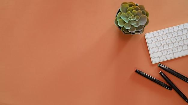 Espaço de trabalho mínimo e material de escritório na mesa superior pastel