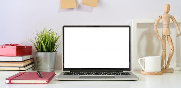 Espaço de trabalho mínimo escandinavo com laptop