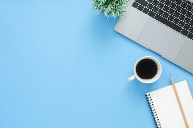 Espaço de trabalho mínimo - foto lisa criativa da mesa de trabalho