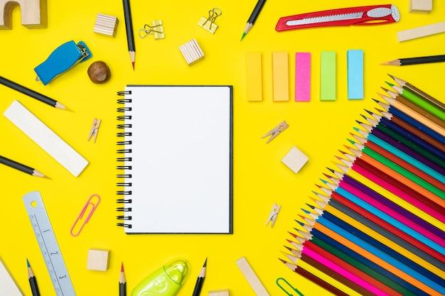 Espaço de trabalho mínimo fundo colorido com muitos lápis de cor