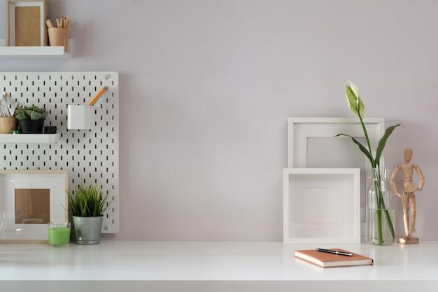 Espaço de trabalho mock up acessórios de cartaz e escritório com espaço de cópia