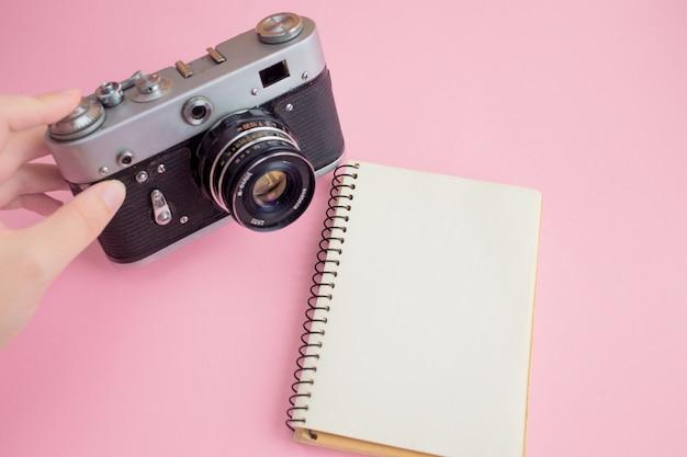 Espaço de trabalho moderno com câmera fotográfica e notebook