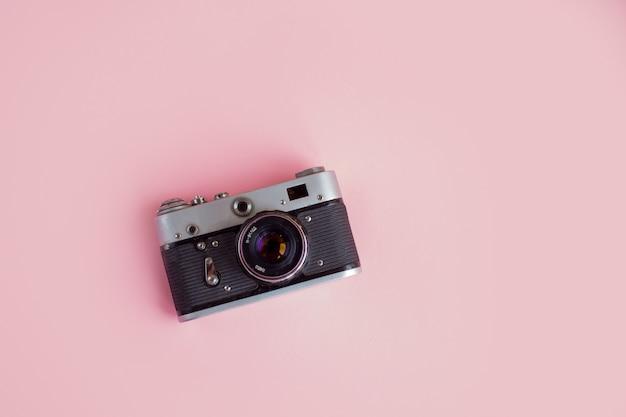 Espaço de trabalho moderno com câmera fotográfica