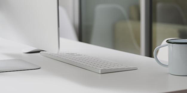 Espaço de trabalho moderno com computador desktop e material de escritório