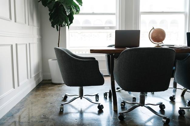 Espaço de trabalho moderno em sala de estar