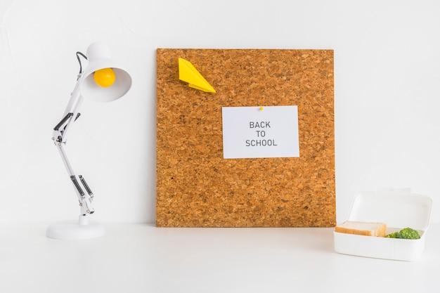 Espaço de trabalho moderno para estudantes com quadro de cortiça