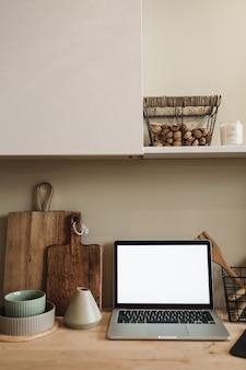 Espaço de trabalho na cozinha com laptop
