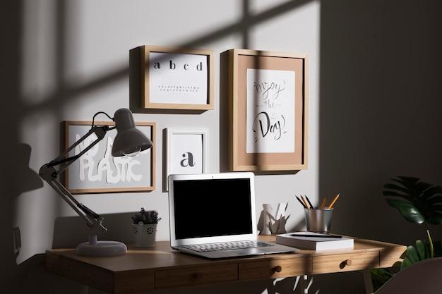 Espaço de trabalho organizado e organizado com laptop