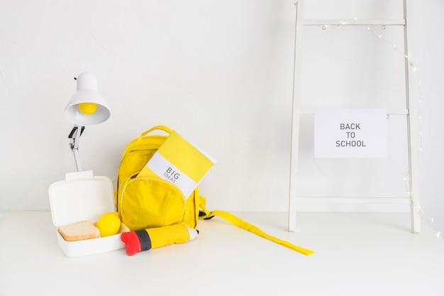 Espaço de trabalho para estudantes nas cores branca e amarela