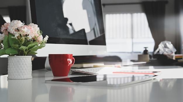 Espaço de trabalho simples com computador com tela vazia