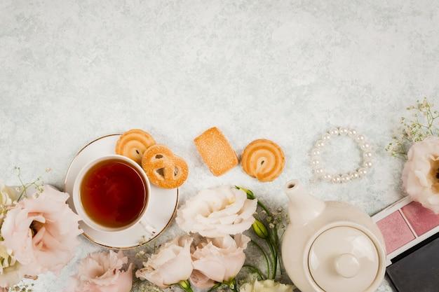 Espaço elegante de cópia de flores e chá