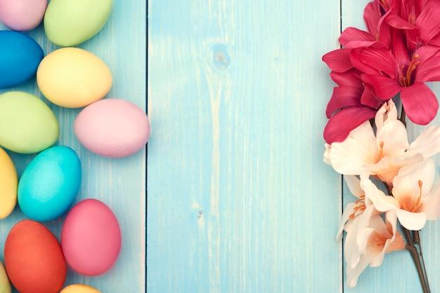 Espaço em branco entre flores e ovos de páscoa