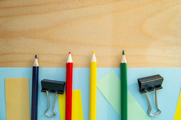 Espaço em branco para texto e artigos de papelaria em fundo de madeira.