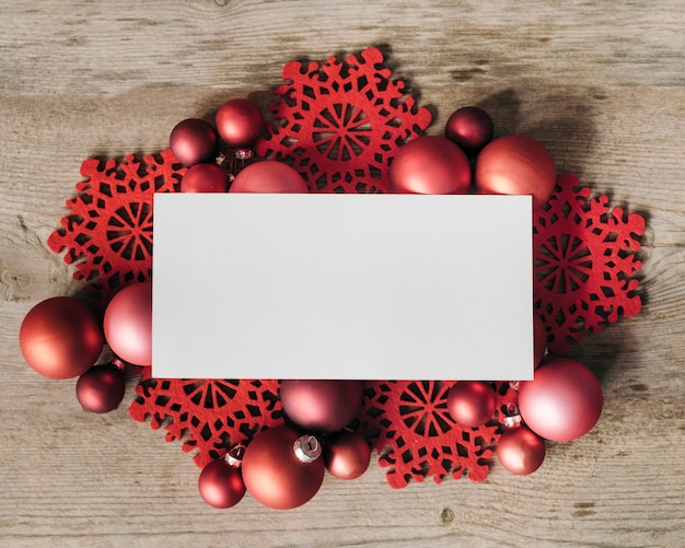 Espaço em branco para texto e maquete com enfeite de natal vermelho