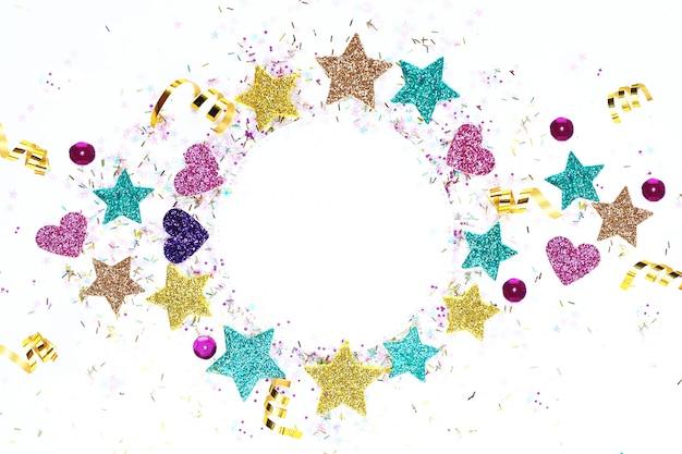 Espaço em branco para um cartão postal com estrelas multi-coloridas, serpentina, glitter.