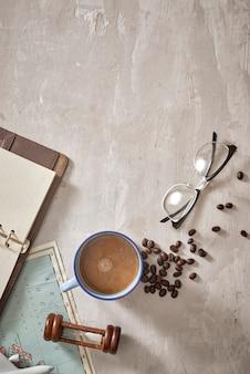 Espaço em branco vazio no caderno onde você pode colocar seu texto ou anúncio. xícara de café, avião, lupas e óculos no mapa. viagem romântica