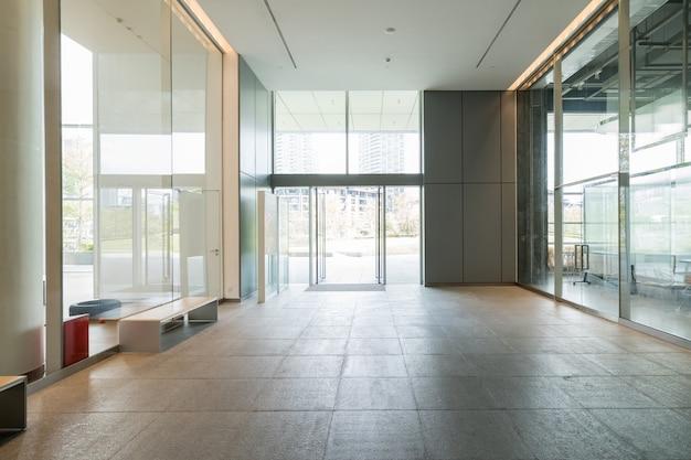 Espaço interior, paredes brancas e janelas de vidro