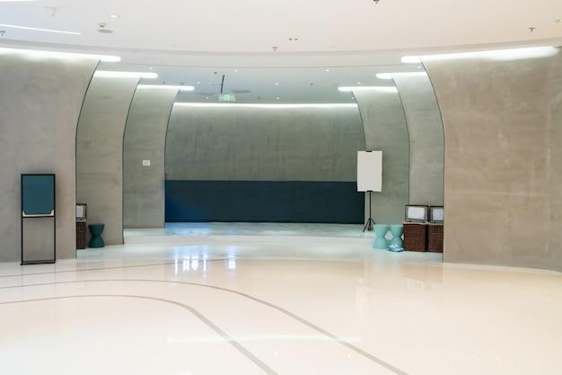 Espaço interno de banheiro em shopping