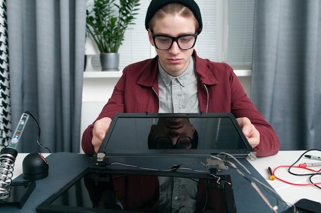 Espaço livre de comparação de telas de laptop.