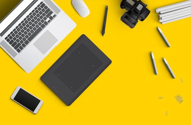 Espaço mínimo de trabalho: laptop, câmera, café, câmera, caneta, lápis, caderno, papelaria para smartphone em fundo amarelo para espaço de cópia vista superior plana