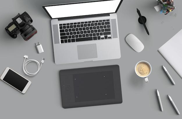 Espaço mínimo de trabalho: laptop, câmera, café, câmera, caneta, lápis, caderno, papelaria para smartphone em fundo cinza para espaço de cópia vista superior plana