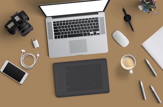 Espaço mínimo de trabalho: laptop, câmera, café, câmera, caneta, lápis, caderno, papelaria para smartphone em fundo marrom para espaço de cópia vista superior plana