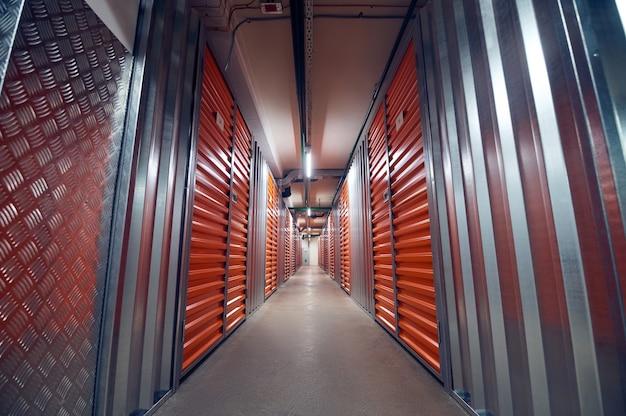 Espaço moderno com duas filas de contêineres