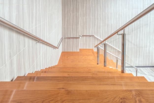 Espaço moderno de design de interiores de escadas de madeira no edifício moderno