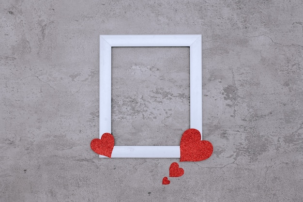 Espaço no centro da moldura branca com papel em formato de coração, simulação de