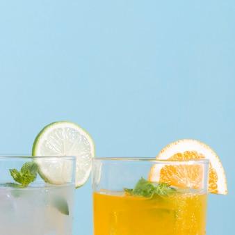 Espaço para cópia de bebidas de laranja e limão