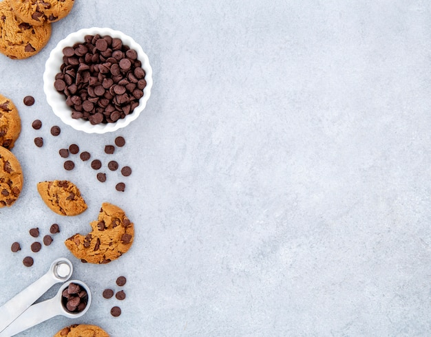 Espaço para cópia de cookies e gotas de chocolate com vista superior