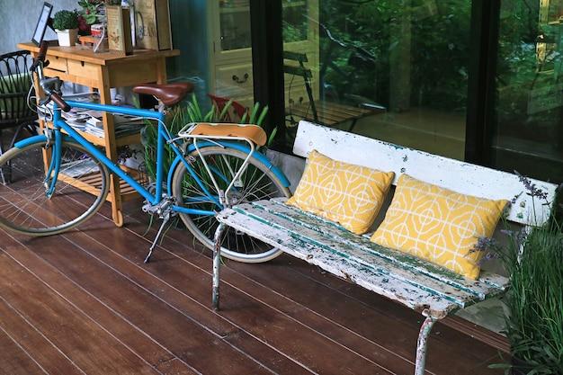 Espaço relaxante no terraço com banco aconchegante e bicicleta
