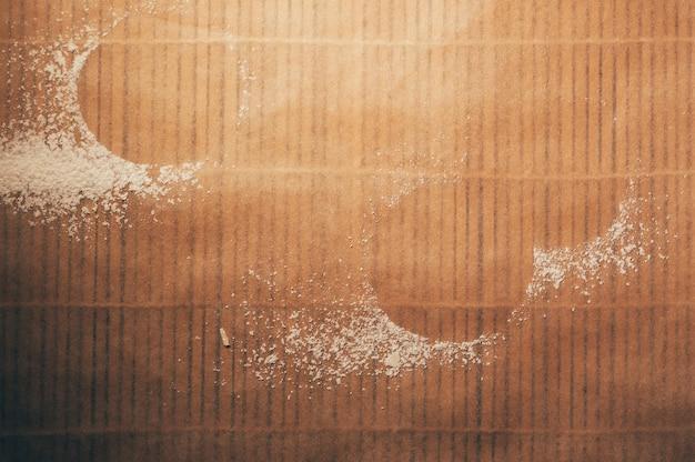 Espaço vazio de biscoitos redondos formados por farinha no fundo de papel pergaminho texturizado vista superior