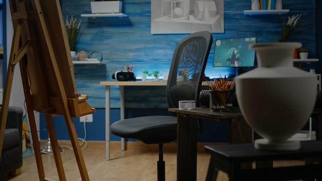 Espaço vazio de estúdio de criatividade com tela branca e cavalete