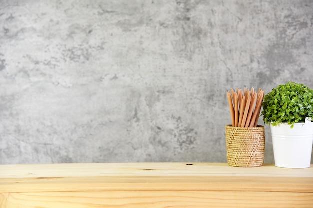Espaço vazio na mesa de madeira na sala estilo loft