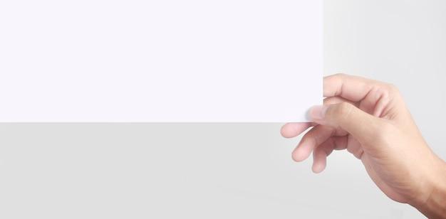 Espaço vazio para o texto. a mão está segurando o papel branco em branco