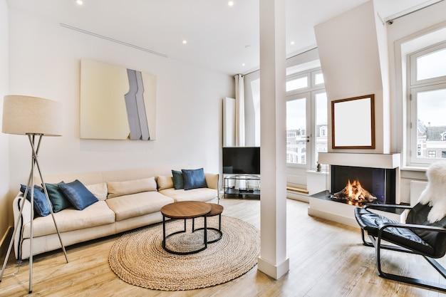 Espaçosa sala de estar com móveis confortáveis e lareira em apartamento moderno e leve