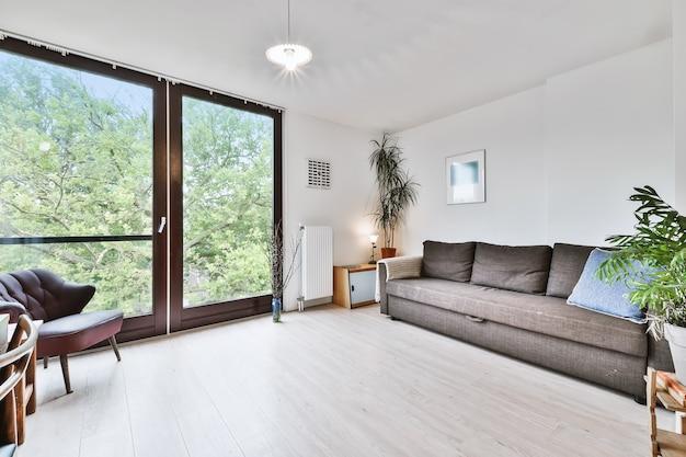 Espaçosa sala de estar em uma casa moderna de luxo
