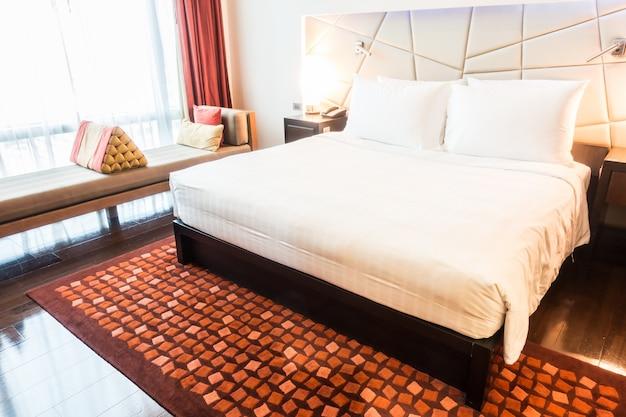 Espaçoso quarto com uma cama