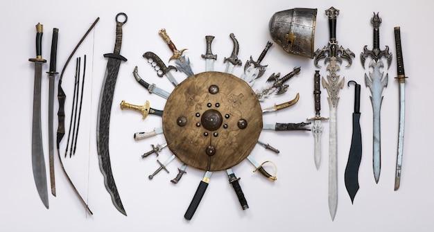 Espadas medievais e escudo de armas antigas