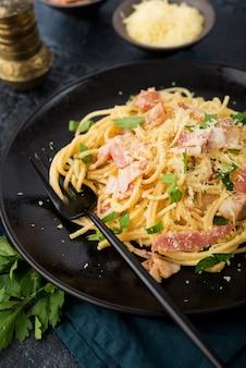 Espaguete à carbonara com bacon e parmesão em um prato