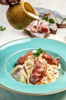 Espaguete à carbonara, macarrão italiano com bacon e molho de natas. menu do restaurante, dieta, receita do livro de receitas.