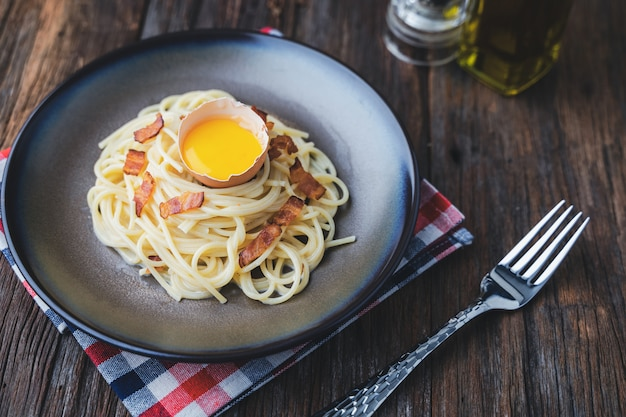 Espaguete carbonara, massa italiana caseira com queijo parmesão, ovos e pancetta