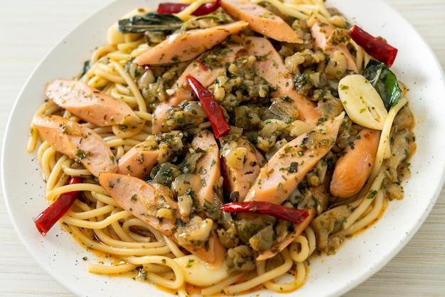 Espaguete caseiro com alho e salsicha